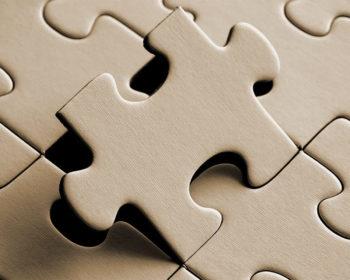 Puzzle-Teil wird aus bestehendem Puzzle gehoben.
